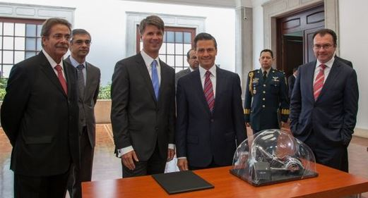 Harald Krüger, member of the BMW AG Board of Management, responsible for Production, together with Mexican President Enrique Peña Nieto at the announcement of the plant in Mexico