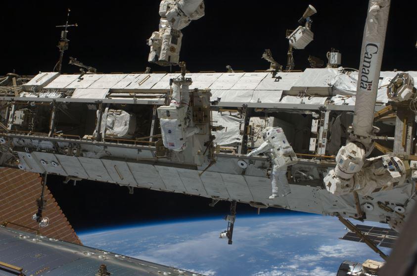 Tim Peake to assist in spacewalk Monday