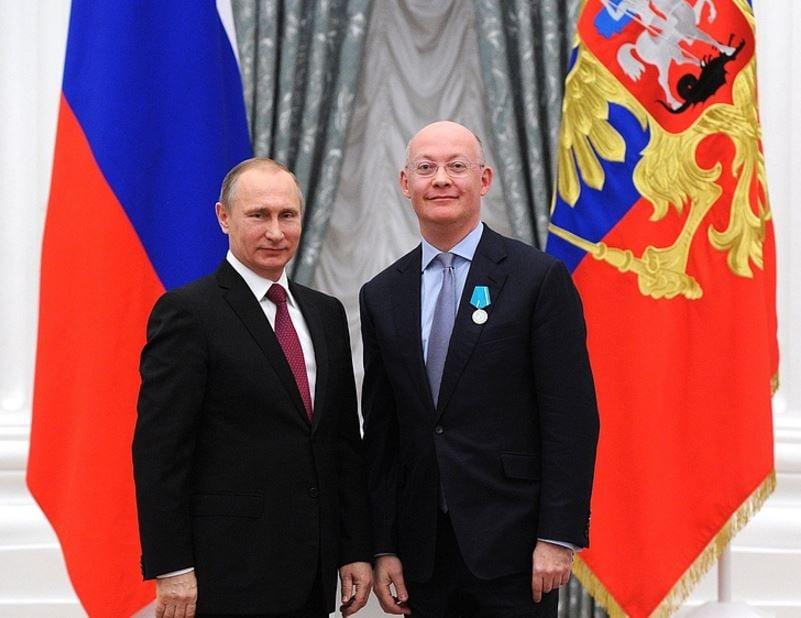 Vladimir Putin and Ian Blatchford receiving Pushkin Medal of Honour