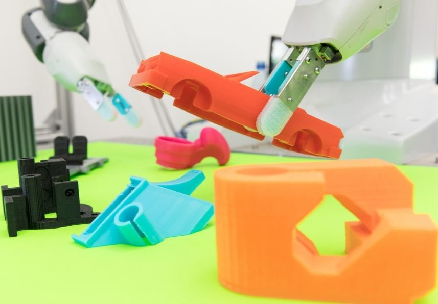 Nimble-fingered robot picking up objects of different sizes